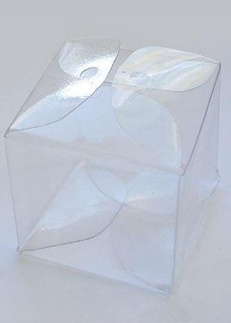 Bu şekilde bir hediye kutusu çok şık açılan deliklere kurdele